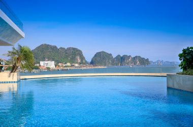 Is swimming pools in Halong Hotel beautiful and modern as in advertising?
