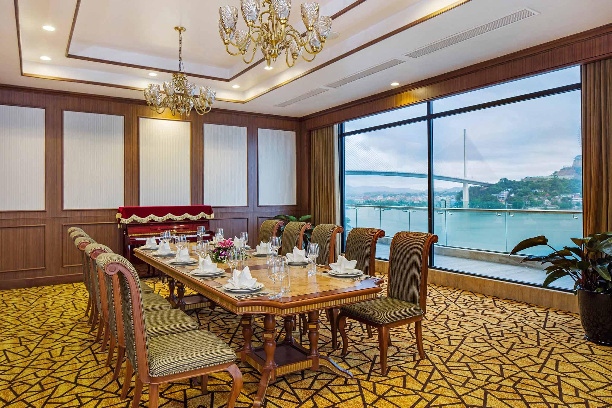 Top 1 khách sạn tại Bãi Cháy - Nhà hàng khách sạn Wyndham Legend Halong