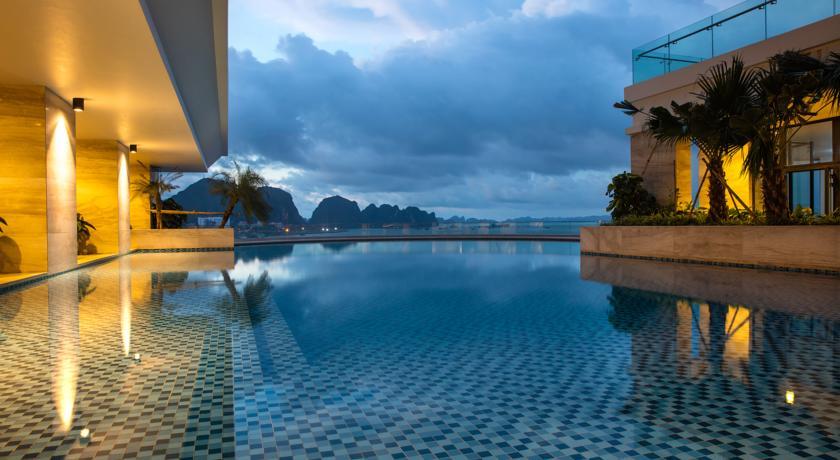 Cần tìm một khách sạn tại Bãi Cháy có bể bơi ngoài trời?1