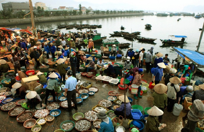 Ha Long Wharf's market