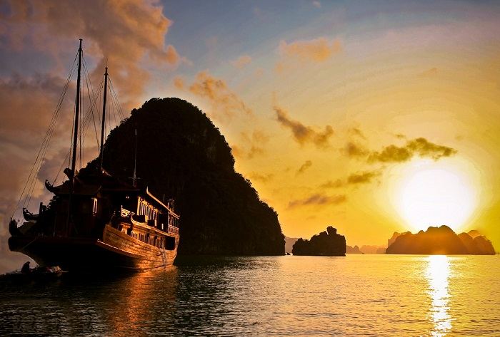 Ha Long sunset view - Halong scene of dawn
