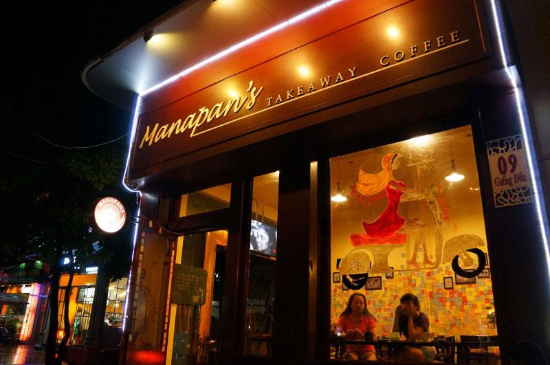 Manapan Takeaway Coffee Hạ Long bên ngoài, người ngồi bên trong quán cafe